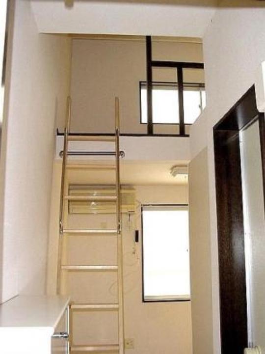 個室 - 完全独立型 ロフト付アパート 1階 新宿まで18分と大変便利} - ルームシェアルームメイト