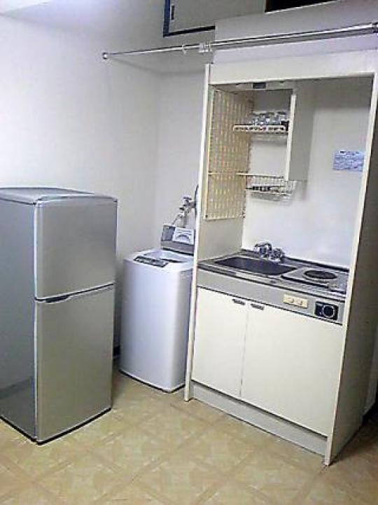 キッチン - 完全独立型 ロフト付アパート 1階 新宿まで18分と大変便利} - ルームシェアルームメイト