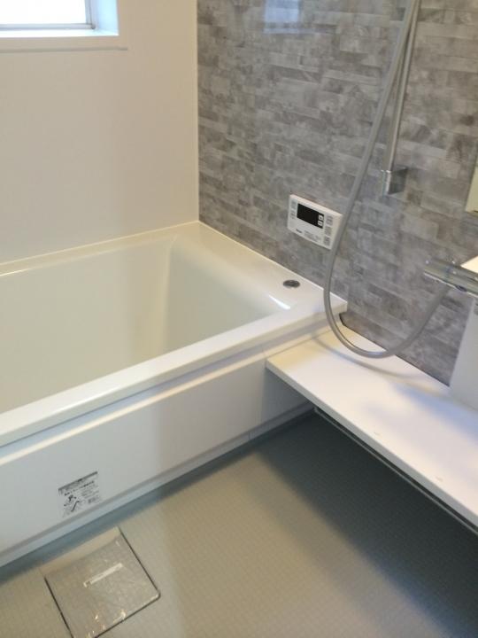 ベッド - 新宿、渋谷まで15分♪家賃3万キリ!25畳の広々リビング♪空室残り3つとなりました!} - ルームシェアルームメイト