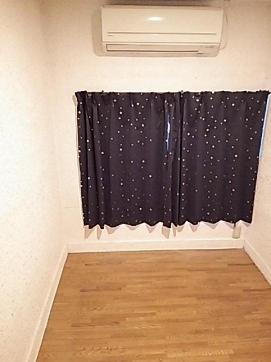 個室 - エアコン、鍵付き個室で18000~26000円。入居者全員女性です。} - ルームシェアルームメイト