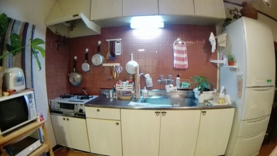 キッチン - 4LDK 庭付き1軒家! 西船橋6分! 個室、相部屋あり。少人数制! リゾート&カフェ} - ルームシェアルームメイト