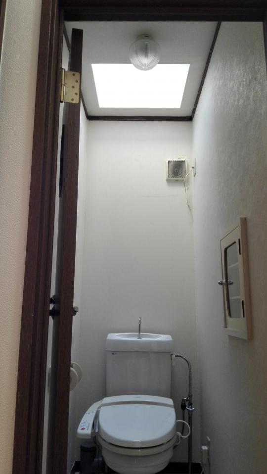 トイレ - 家賃24000円から。全室フローリングの個室。鍵、エアコン、冷蔵庫付き。東上線上福岡駅徒歩6分。} - ルームシェアルームメイト
