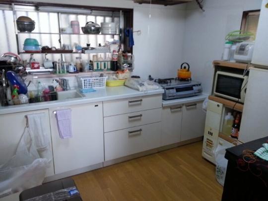 キッチン - 東武東上線鶴瀬。個室22000~28000円。エアコン、ベッド、鍵付。池袋まで約25分です。} - ルームシェアルームメイト