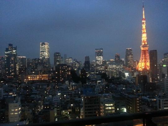 眺望 - 港区麻布の高層タワーの個室で東京タワーが見え六本木ヒルズも近い立地 麻布十番の住所登録できます 渋谷や恵比寿や銀座からもタクシーにて千円くらいです トレーニングジムがついてるもちろん無料で利用できます。一人一人部屋が持てます!その他にもラウンジやカフェやライブラリー利用できます} - ルームシェアルームメイト