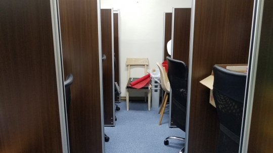 椅子 - 港区麻布台、六本木徒歩9分の365日24時間利用可能な作業オフィススペースです。WIFI、荷物の受け取り、ロッカーあり、住所利用も可です。} - ルームシェアルームメイト