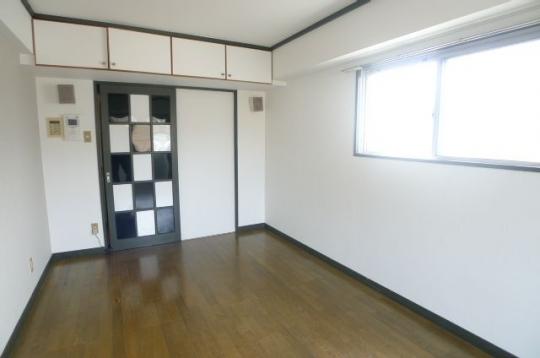 リビング - 福岡市中央区。地下鉄 駅近、バス停も近くです。} - ルームシェアルームメイト