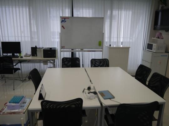 会議室 - 大阪市中央区にあるオフィスビル、駅近オフィスをお貸しします} - ルームシェアルームメイト